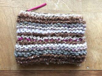 もこもこ毛糸の手編みボーダーポーチ〜ブラウンの画像