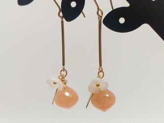 オレンジムーンストーンとお花のピアス(14KGF)の画像