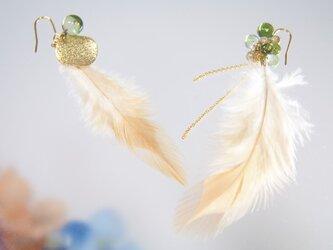 羽根のアシンメトリーピアス オリーブ色の画像