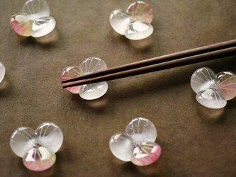 ガラスの箸置き / 水の花・桃色&若草色の画像