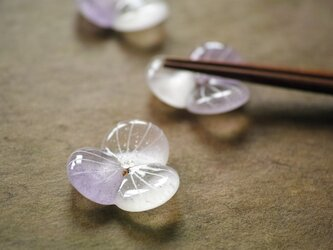 ガラスの箸置き / 水の花・紫色の画像