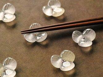 ガラスの箸置き / 水の花・クリアの画像