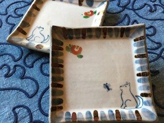 再出品・シマシマ角小皿 椿を見上げる犬の画像