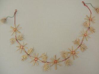 麦藁細工のガーラント  マーガレットの花と葉の画像