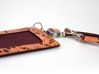 革のパスケース花柄エンボス(ベルト付キーリール)---ICカード使用可 [ブラウン]の画像