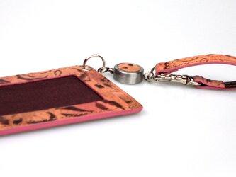 革のパスケース花柄エンボス(ベルト付キーリール)---ICカード使用可 [ピンク]の画像