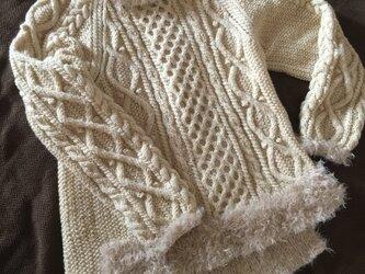プードルヤーンがポイントのアラン模様セーターの画像