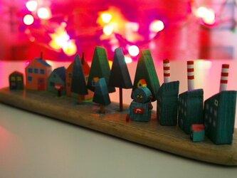 painted driftwood art 街はずれのおもちゃ工場の秘密!の画像