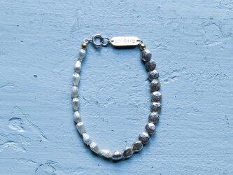 フランス製の珍しい形のラインとカットの入ったシルバースフレガラスのブレスレット(TJ10937)の画像