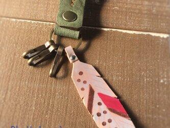 【BLaU】ふわ革フェザーキーホルダー(カーキ)の画像