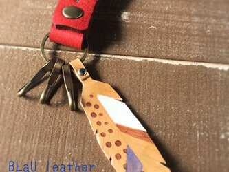 【BLaU】ふわ革フェザーキーホルダー(赤)の画像