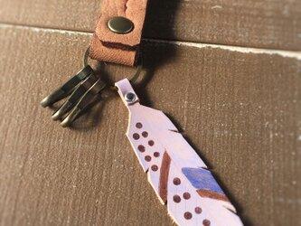 【BLaU】ふわ革フェザーキーホルダー(ベージュ)の画像