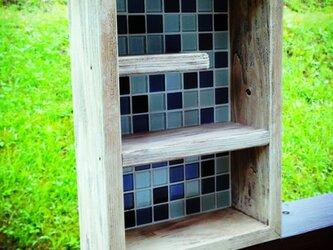 ガラスタイルの飾り棚の画像