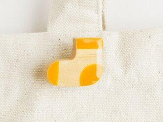 木の靴下ブローチ 黄の画像