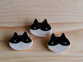 猫ブローチ(黒白ハチワレ)の画像