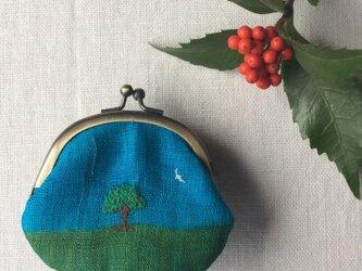 染色とししゅう 豆がま口「りんごと鳥と小さなおうち」の画像