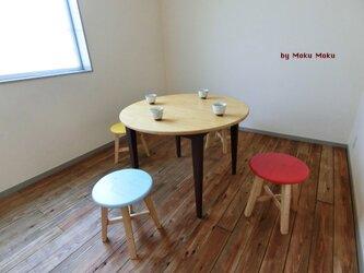 ボルドー色の丸テーブルの画像