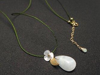 翡翠(ヒスイ)とお花のシルクコードロングネックレス/ペアシェイプ(14KGF)の画像