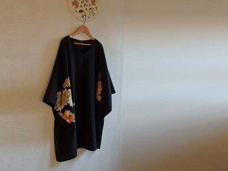 Vネック着物スリーブ チュニックワンピース 牡丹と菊 金銀刺繍の画像