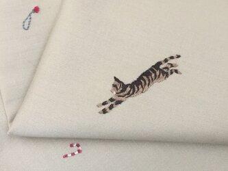 ハンカチ 猫のクリスマス刺しゅう(オーナメントと遊ぶ)の画像