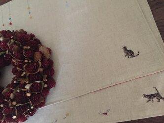 ランチマット2枚セット 猫とオーナメントの刺しゅうの画像