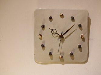 土の粒の掛け時計の画像