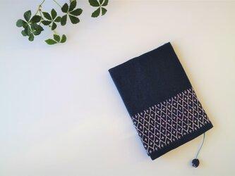 ピンクグラデーションの 刺し子ブックカバー(すおう)の画像