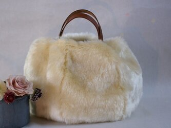 革の持ち手のファーバッグの画像
