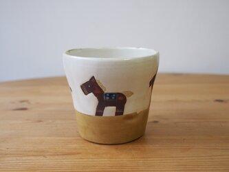馬のコップ 白の画像