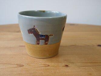 馬のコップ グレーの画像