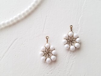 北欧 花のイヤリングorピアス(マットホワイト)の画像