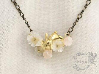 花うさぎネックレス(大) 水晶、ローズクォーツ、真鍮製の画像