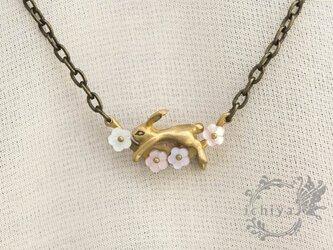 花うさぎネックレス 白蝶貝、ピンク貝、真鍮製の画像