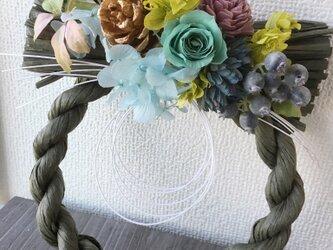 ナチュラルなモスグリーンしめ飾り【プリザ+造花+ドライ】お正月の画像