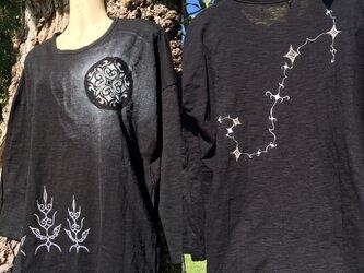 Sold out 蠍座 アイヌデザイン 光る満月の森 コットンレディースTシャツ 七分袖 ブラック Mサイズの画像