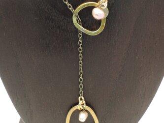 淡水パールと真鍮わっかのラリエット ネックレスの画像