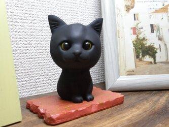 猫人形とレンガ床  (黒)の画像