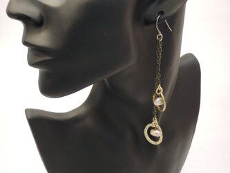 淡水パールと真鍮わっかの片耳ピアス(チタン金具)の画像
