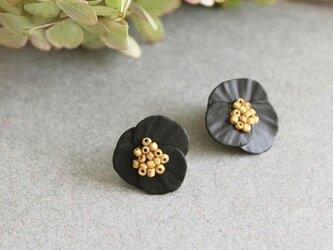 まぁるい形のお花のイヤリング【ブラック】ピアス変更可の画像