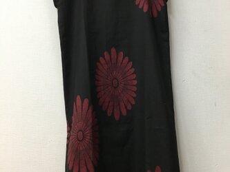 絹の花柄のワンピースの画像