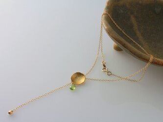 ni117 【再販】ペリドットとハスの葉パーツのY字形ネックレス(14kgf)の画像