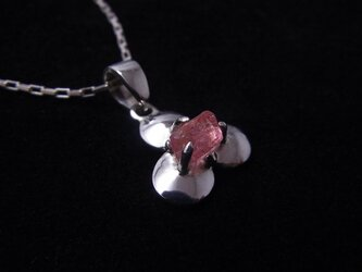 ピンクスピネルの結晶 花ペンダントの画像
