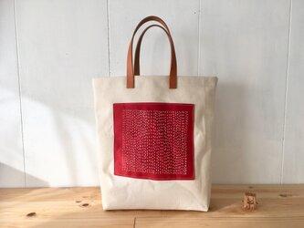 生成りと赤の素朴な鞄の画像