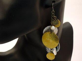 惑星と淡水パールの真鍮アルミつち目片耳ピアス(チタン金具)の画像
