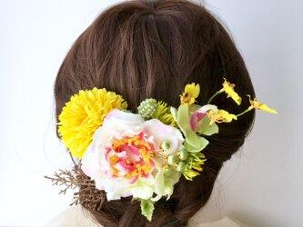 結婚式や成人式に 椿とマムの髪飾りの画像