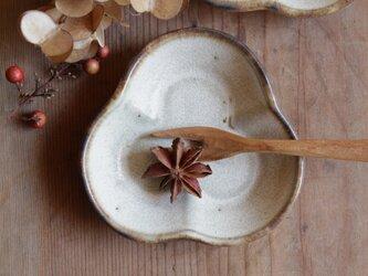 豆皿 三つ葉 やさしい雰囲気の白マット系の画像