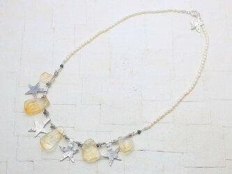 平たいしずく型のシトリンと星のネックレスの画像