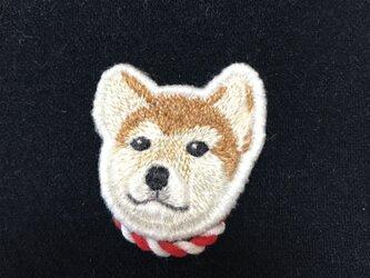 しめ縄を付けてる柴犬のブローチの画像