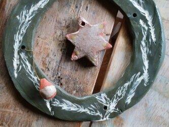 陶器のクリスマスリースの画像