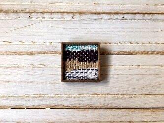 木と裂き織りのブローチ W01の画像